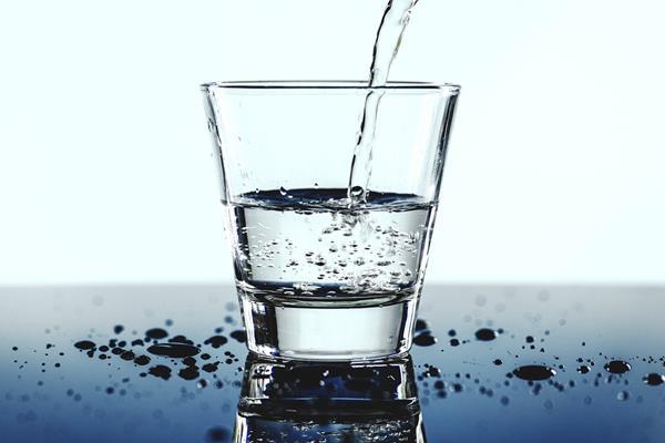 Woda alkaliczna zjonizowana – jakie ma naturalne właściwości?