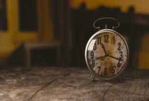 Zegar ścienny czy stojący budzik? W domu przyda się jedno i drugie!